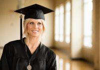 Un esempio di figa vestita da laureata